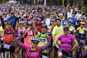 A huge crowd of cyclists at the first ever Jacaranda FM & Tracker Off the Beat 'n Track (Credit - TimMoolmanPhoto)
